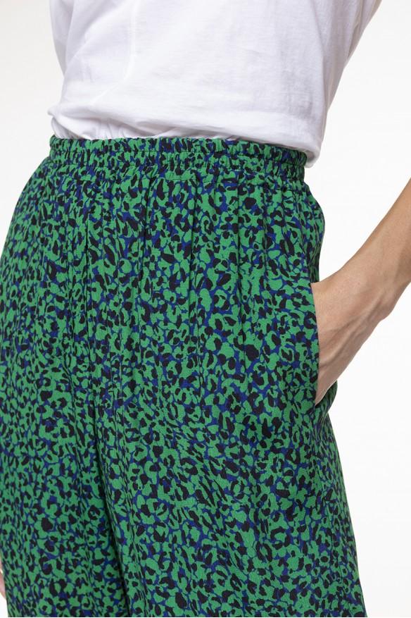 Pantalon fluide à l'imprimé tacheté vert et noir