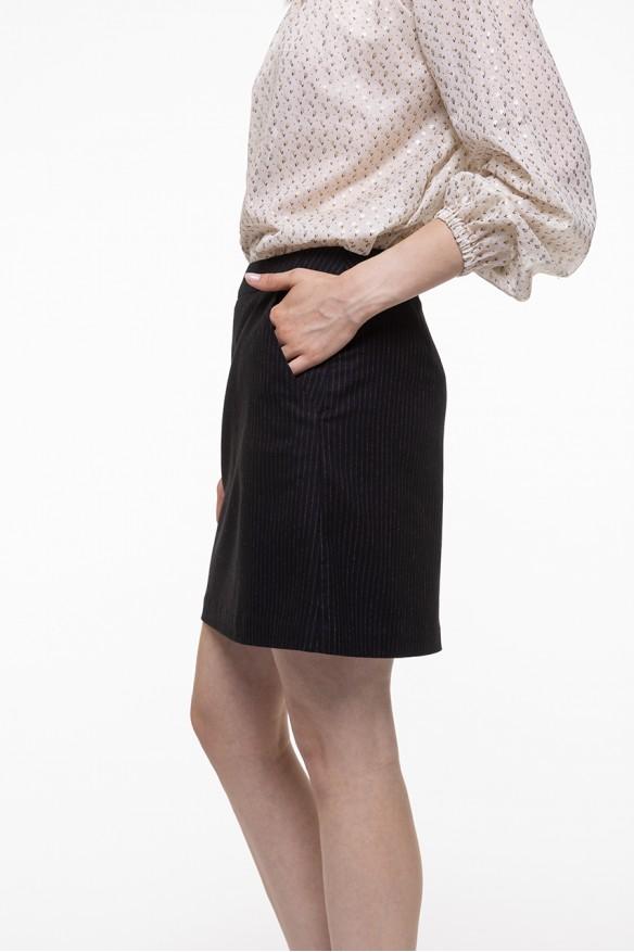 Jupe courte noire à fines rayures écrues