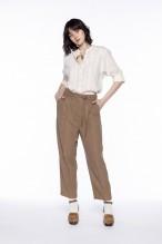 Pantalon ceinturé beige à fines rayures
