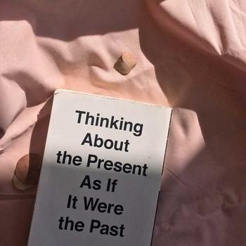 """Citation du jour 💬 Chez Chemins Blancs, nous adorons les citations inspirantes pour bien commencer la journée ☕ 🇫🇷"""" Penser au présent comme si  c'était le passé. """"  Traduction : Profitons du moment présent ✨  #cheminsblancs#citationdujour#newco#soldes #summer"""