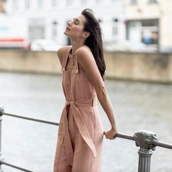 Retrouvez notre Salopette à bretelles PUEBLA en toile de coton lin ici en couleur rose pâle sur notre site ❤ N'oubliez pas, les soldes se poursuivent jusqu'au 27 juillet !   #cheminsblancs#newco#soldes#summer