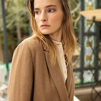SOLSTICE 🤎 Notre veste oversize ceinturée beige à fines rayures. On l'a déjà adopté chez Chemins Blancs, et vous ?   #cheminsblancs #newco #fashion #H21