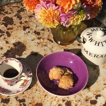 More beauty & colors ☕️💐 Nous vous souhaitons un très bon week-end !!! @jardinsintemporels   #breakfast #saterday #chillday #coffeeandflowers