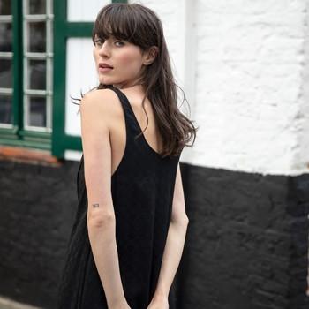 La petite robe noire à avoir dans son placard, c'est bien celle-ci : notre joli modèle PLANADA dans une coupe longue et style bohème produit dans un tissu en viscose acheté chez notre fournisseur français basé à Francheville. 🤗   Et vous, c'est quoi la pièce indispensable de votre garde-robe ? 🖤  #cheminsblancs#newco#soldes#summer