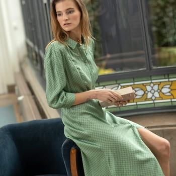 Mood vert amande 💚 PHARD, notre robe chemise imprimé  « bindies ». On l'aime déjà pour son imprimé, mais aussi pour ses manches bouffantes, sa longueur midi et sa douceur.   #cheminsblancs #dress #newco #mode